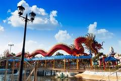Estatua del dragón en fondo del cielo de las nubes Foto de archivo libre de regalías