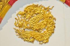 Estatua del dragón en la pared del templo Fotos de archivo