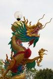 Estatua del dragón en pilar Imagenes de archivo