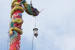 Estatua del dragón en pilar con la linterna ligera Fotografía de archivo