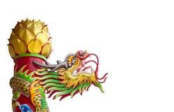Estatua del dragón del oro en templo asiático Fotos de archivo