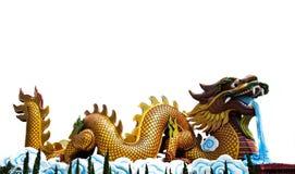 Estatua del dragón que se agacha con aislado en blanco Fotos de archivo