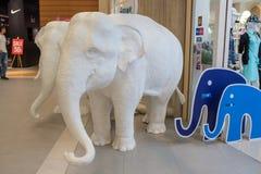 Estatua del elefante blanco dentro de grandes almacenes del terminal 21 imagen de archivo libre de regalías