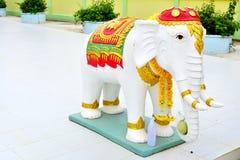 Estatua del elefante blanco en el templo Fotos de archivo libres de regalías