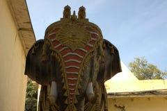 Estatua del elefante con oro y el vestido del color rojo foto de archivo libre de regalías