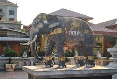 Estatua del elefante en templo hermoso del nari de Wat Samien del templo en Bangkok Tailandia imagen de archivo