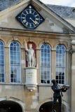 Estatua del Enrique V y de Charles Rolls, condado Pasillo, Monmouth, País de Gales, Reino Unido Foto de archivo libre de regalías