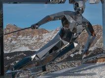 Estatua del esquiador, escultura hecha con los espejos y dolomías italianas Imagen de archivo