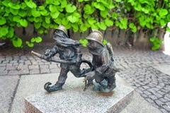 Estatua del gnomo en wroclaw fotografía de archivo