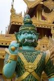 Estatua del guerrero que guarda un templo Imagen de archivo libre de regalías