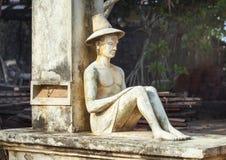 Estatua del hombre que se sienta fotos de archivo