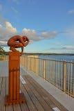 Estatua del hombre que se sienta en la terraza del lago, Taupo Foto de archivo