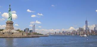 Estatua del horizonte de la libertad y de New York City, NY, los E.E.U.U. Fotos de archivo