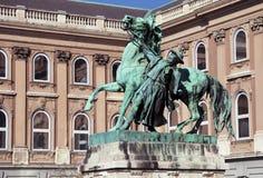 Estatua del horseherd que domestica un caballo salvaje cerca del palacio real, Budapest foto de archivo libre de regalías