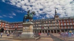 Estatua del hyperlapse del timelapse de Philip III en la plaza del alcalde en Madrid en un día de verano hermoso, España almacen de metraje de vídeo