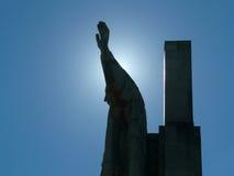 Estatua del Jesucristo en cielo azul Imagen de archivo