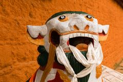 Estatua del león como guardia delante de la puerta imagen de archivo libre de regalías