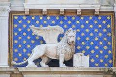 Estatua del león con alas en la torre de reloj en Piazza di San Marco Imágenes de archivo libres de regalías