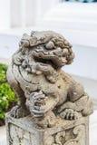 Estatua del león con arquitectura china en Wat Pho Fotos de archivo