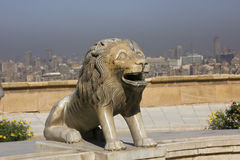 Estatua del león en El Cairo, Egipto imagenes de archivo