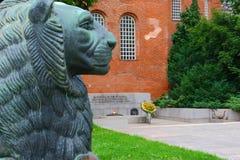 Estatua del león en el fuego eterno Imagen de archivo libre de regalías
