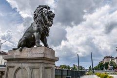 Estatua del león en el puente del ` s del león en Sofía, Bulgaria Foto de archivo