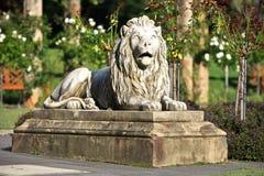 Estatua del león que guarda las rosaledas Imagenes de archivo