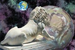 Estatua del león que mira la tierra Imagen de archivo
