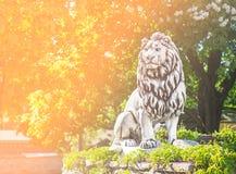 Estatua del león que se coloca en bosque y naturaleza Fotografía de archivo