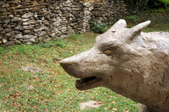Estatua del lobo imagenes de archivo