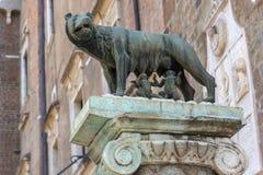 Estatua del lobo con Romulus y Remus en la colina de Capitoline en la ciudad de Roma, Italia Fotografía de archivo