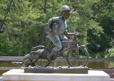 Estatua del metal del muchacho con el web de araña Foto de archivo libre de regalías