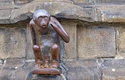 Estatua del mono en Grand Place de Mons Imagen de archivo libre de regalías