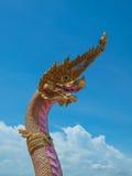 Estatua del Naga en Wat en Tailandia foto de archivo