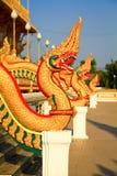 Estatua del Naga a lo largo del lado las escaleras Imagenes de archivo