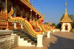 Estatua del Naga a lo largo del lado las escaleras Foto de archivo libre de regalías