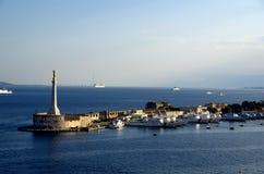 Estatua del oro de Lettera del della de Madonna en la entrada del puerto de la Messina en Sicilia Fotos de archivo libres de regalías