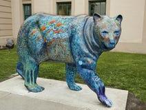 Estatua del oso del color en ayuntamiento viejo en Anchorage Foto de archivo libre de regalías