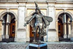 Estatua del pájaro-colector Papageno (carácter de la ópera de Mozarts) delante del teatro de Stadsschouwburg Fotografía de archivo libre de regalías