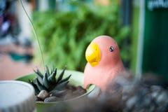 Estatua del pájaro en lugar de la naturaleza Fotos de archivo libres de regalías