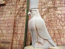 Estatua del pájaro y pared egipcia Fotos de archivo