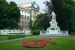 Estatua del palacio de Mozart y de Hofburg Imágenes de archivo libres de regalías
