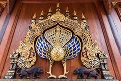 Estatua del pavo real en Wat Ram Poeng Tapotaram, Chiang Mai Thailand imagenes de archivo