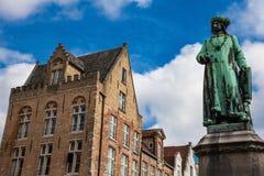 Estatua del pintor Jan Van Eyck en la ciudad histórica de Brujas imagen de archivo