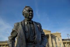 estatua del primer ministro y del fundador anteriores de la universidad abierta, Harold Wilson Pol?tico de trabajo, situado afuer imágenes de archivo libres de regalías