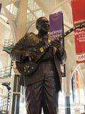 Estatua del rey del BB de la leyenda del rock-and-roll en Memphis Visitors Centre en Tennessee los E.E.U.U. fotografía de archivo