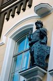 Estatua del rey en la arquitectura de edificios de la era de simbolismo Fotografía de archivo