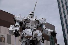 Estatua del robot móvil de Gundam en Odaiba que realiza la demostración en la puesta del sol imagen de archivo