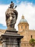 Estatua del santo Cristina alrededor de la catedral de Palermo, Italia fotografía de archivo