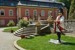 Estatua del soldado en el patio del castillo Dobris fotografía de archivo
